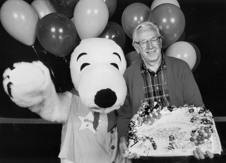 Charles_M._Schulz_at_Camp_Snoopy's_10th_anniversary_1993